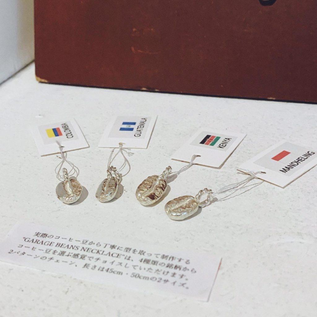 ストロールガレージ コーヒー豆のネックレス ライトアップコーヒー 展示